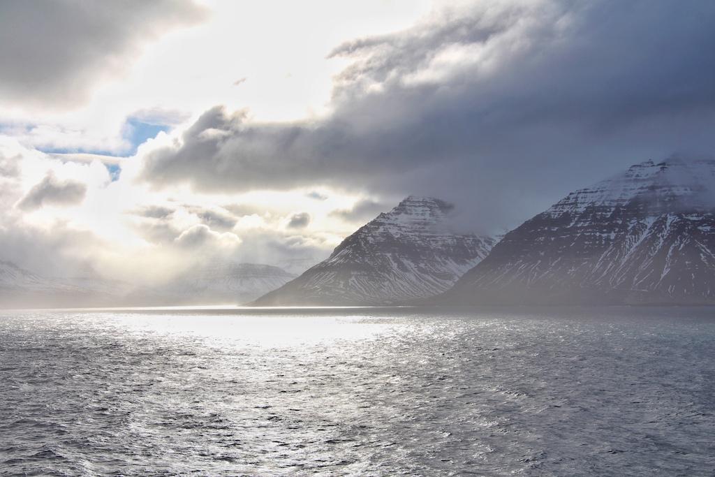 Pünktlich zur Ankunft in Island taucht die Abendsonne die Bergketten der Vulkaninsel in silbernes Licht