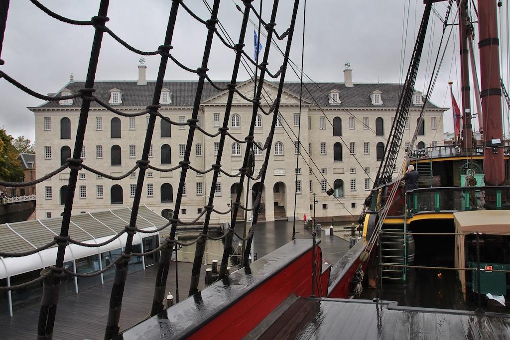 """Blick vom Museumssegelschiff """"Amsterdam"""" auf das ehemalige """"Arsenal"""", das heutige Schifffahrtsmuseum Amsterdams"""