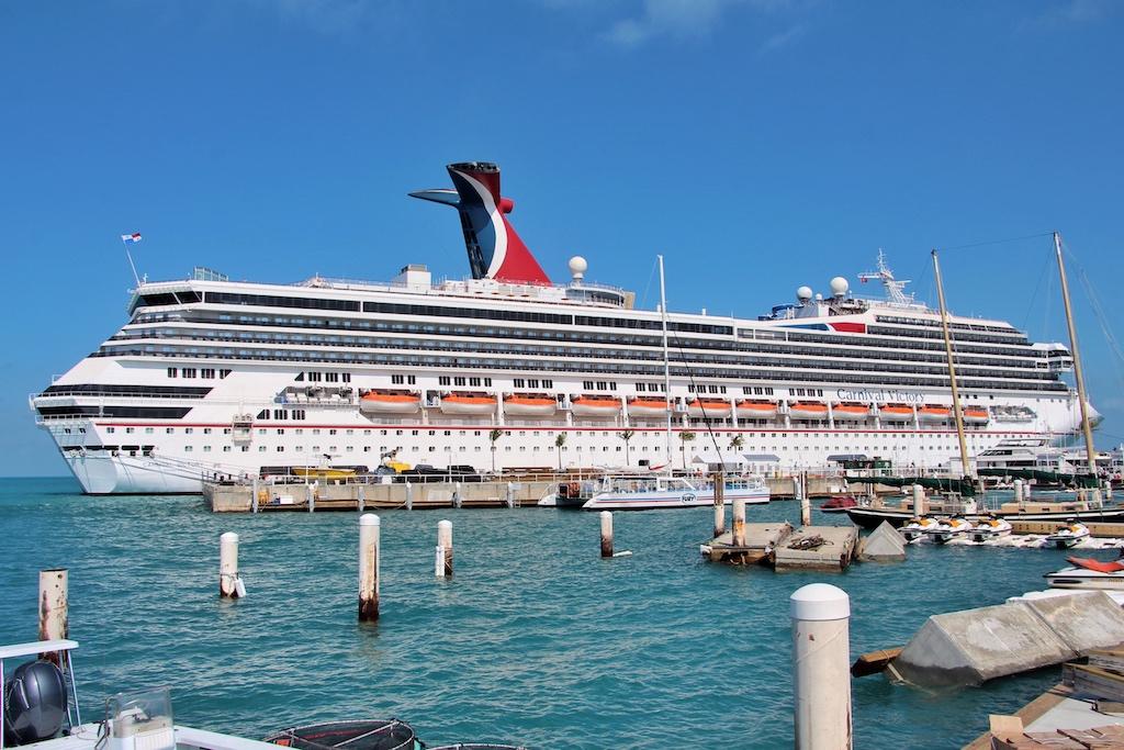 """Die """"Carnival Victory"""" ist am Pier von Key West seit Jahren ein gewohnter Anblick. In die Beschaulichkeit des Yachthafens einfügen vermag sich das Schiff allerdings nicht"""