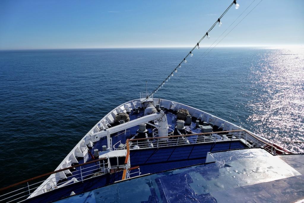 """Unter der Kommandobrücke haben die Passagiere der """"Astor"""" freien Blick über den Bug des Schiffes"""