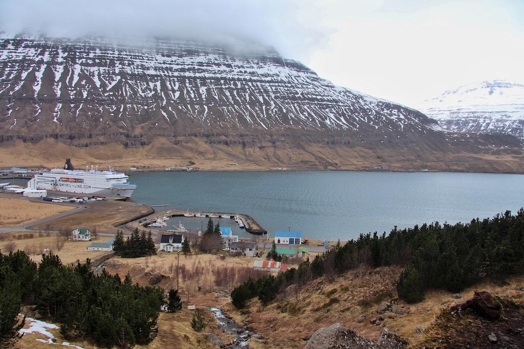 Blick hinab aufs Schiff: Wer entlang der Wasserfälle bergauf steigt, wird in Seydisfjördur mit einem herrlichen Panorama belohnt