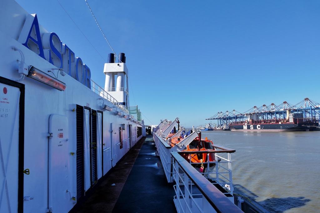 """Kurz vor der Ankunft der """"Astor"""" an der Bremerhavener Columbuskaje passiert das Schiff die Container-Pier an der Wesermündung"""
