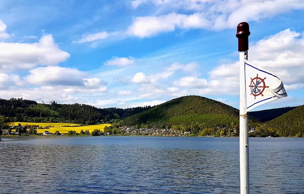 Unter der Flagge von Hohenwarte führt die Tour über Deutschlands größten Stausee