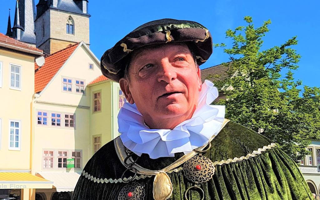 Saalfelds Stadtführer im prächtigen Gewand eines Patriziers