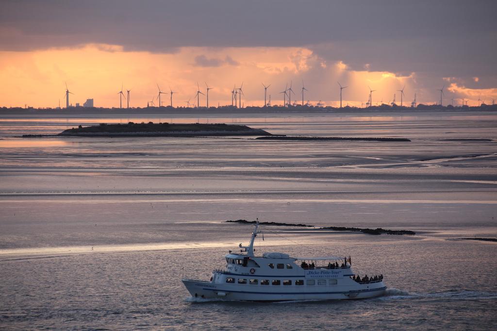 """""""Sonnenuntergang über der Wesermündung: Als die letzte Hafenrundfahrt endet, nimmt die ARTANIA Kurs auf England"""""""