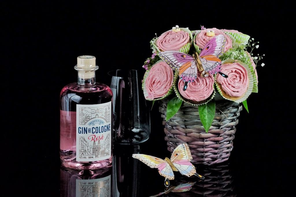 """""""Gin de Cologne Rosé"""": Vielleicht ein attraktives Geschenk für die Dame von Welt; gemeinsam mit einem essbaren Cup-Cake Strauß"""
