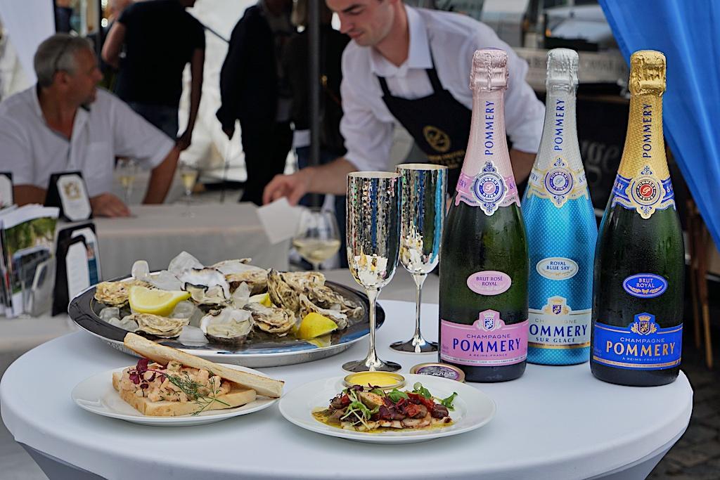 ... welche sodann stilvoll - mit Pommery-Champagner aus Robbe & Berking Silberkelchen - genossen werden können