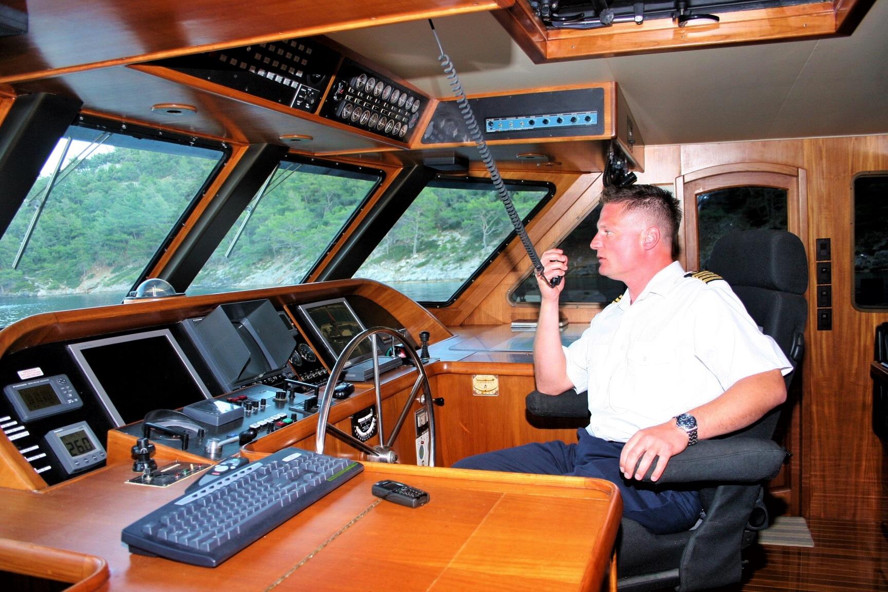 Der Kapitän am Ruder auf der hochmodernen Brücke