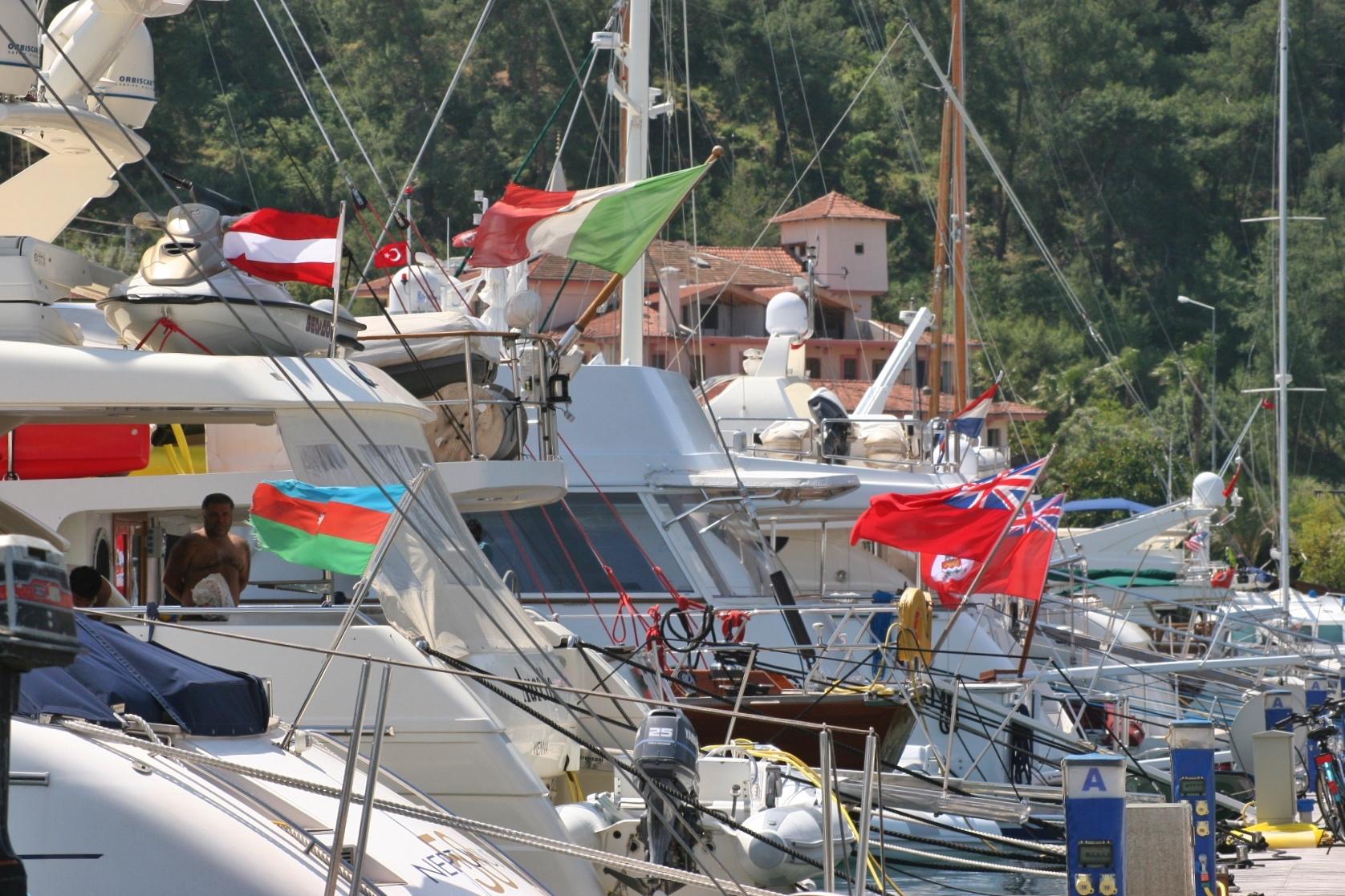 Bunte Flaggenparade von vielen Yachten im Hafen von Fethiye