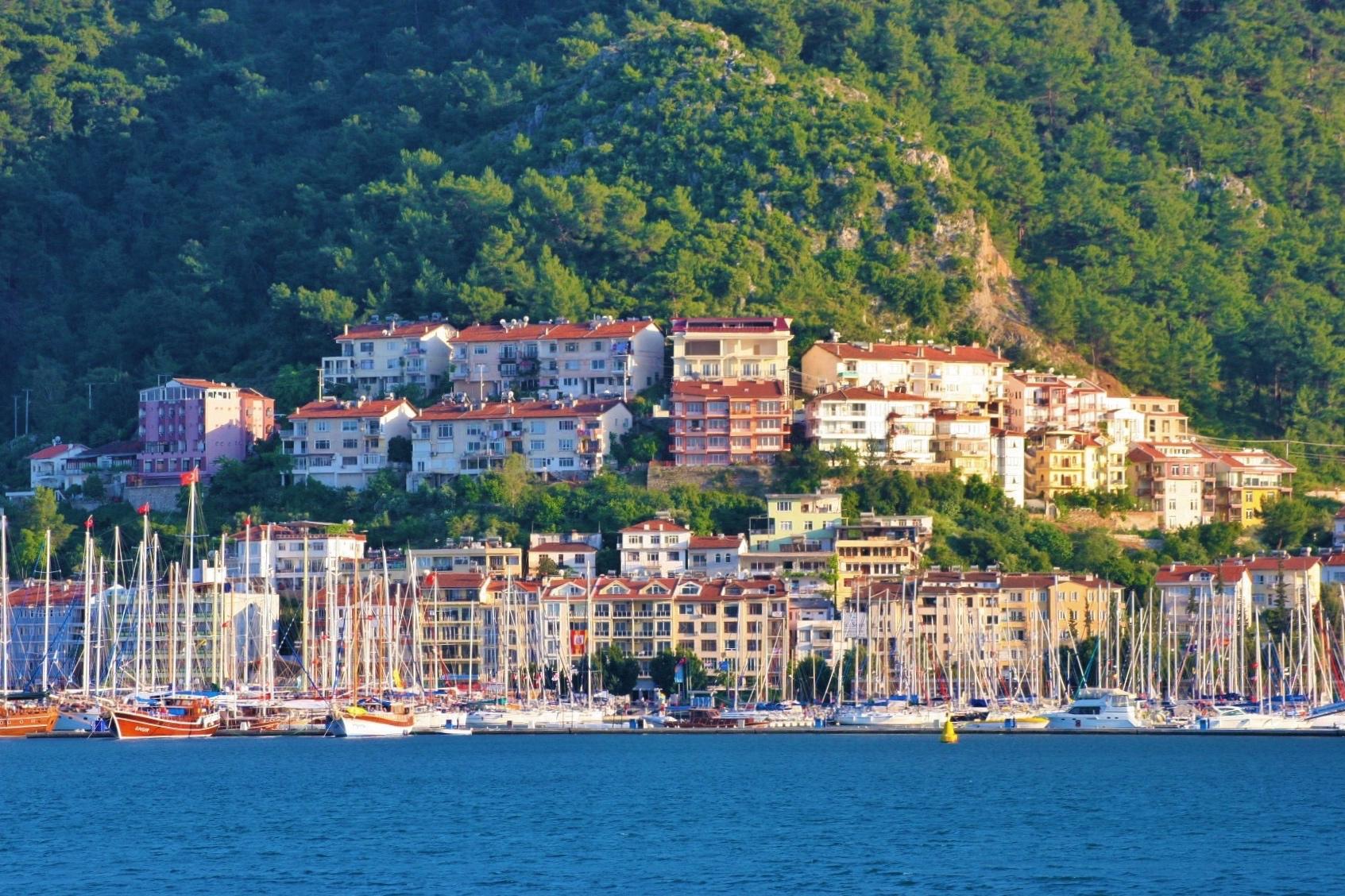 Der Yachthafen von Fethiye mit seinem idyllischen Ortshintergrund
