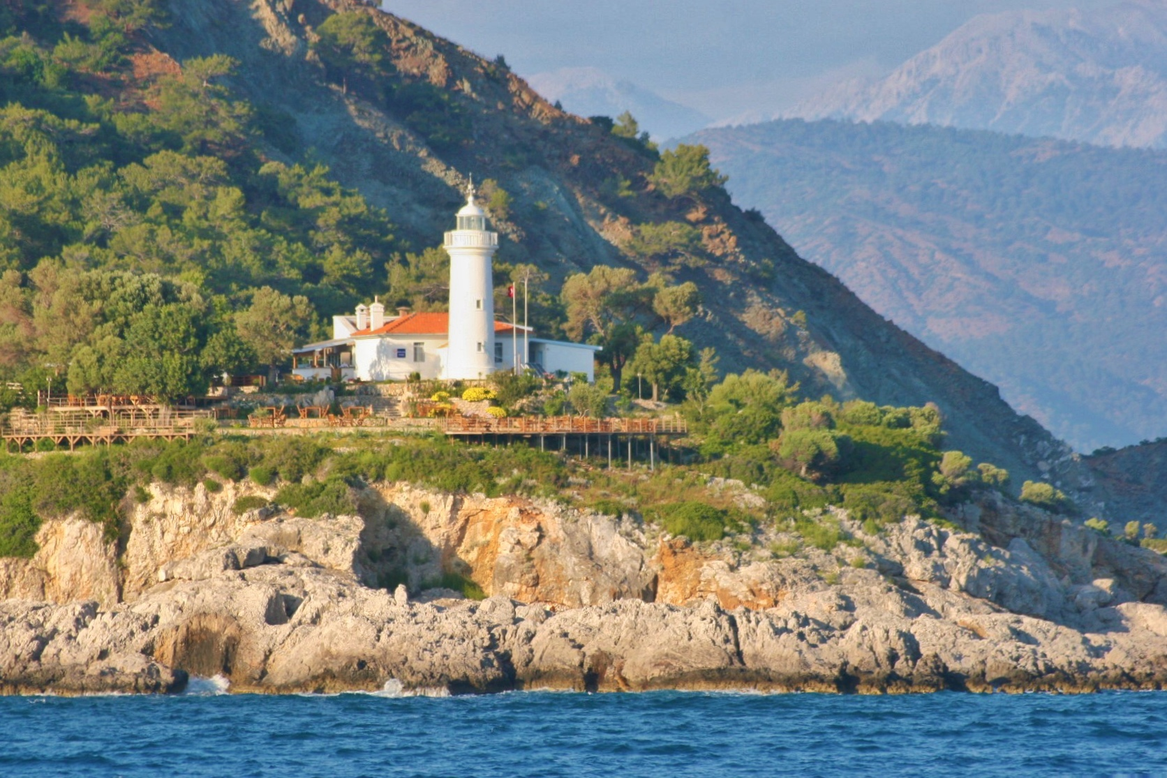 An Steuerbord wird der Leuchtturm von Fethiye passiert