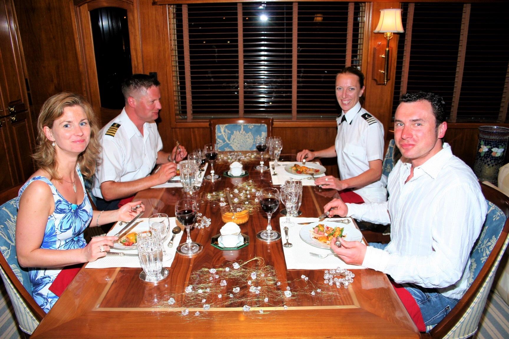 Gemeinsames Captainsdinner im gemütlichen Salonrestaurant Yachtkombüse