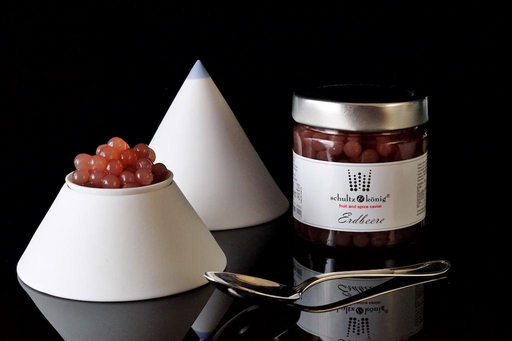 Erdbeere Fruchtkaviar: Zutaten sind 48% Erdbeere Püree, Wasser, Zucker, modifizierte Stärke, Calciumlactat, Natriumalginat, Verdickungsmittel: Xanthan Gum