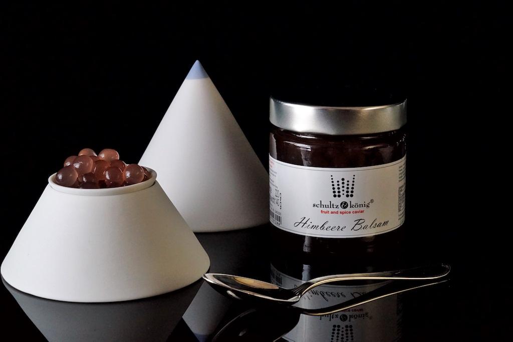 Himbeer-Essig Kaviar: Zutaten sind 58% Himbeeressig, Wasser, Zucker, modifizierte Stärke, Calciumlactat, Natriumalginat, Verdickungsmittel: Xanthan Gum, Säureregulator: Apfelsäure, Konservierungsstoff: Kaliumsorbat