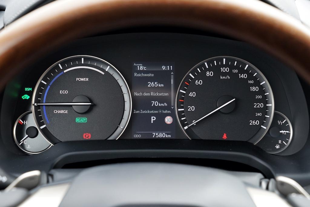 Wer das Cockpit im Blick hat, kann der Wechsel zwischen Stromantrieb und Zuschaltung des Verbrennungsmotors verfolgen