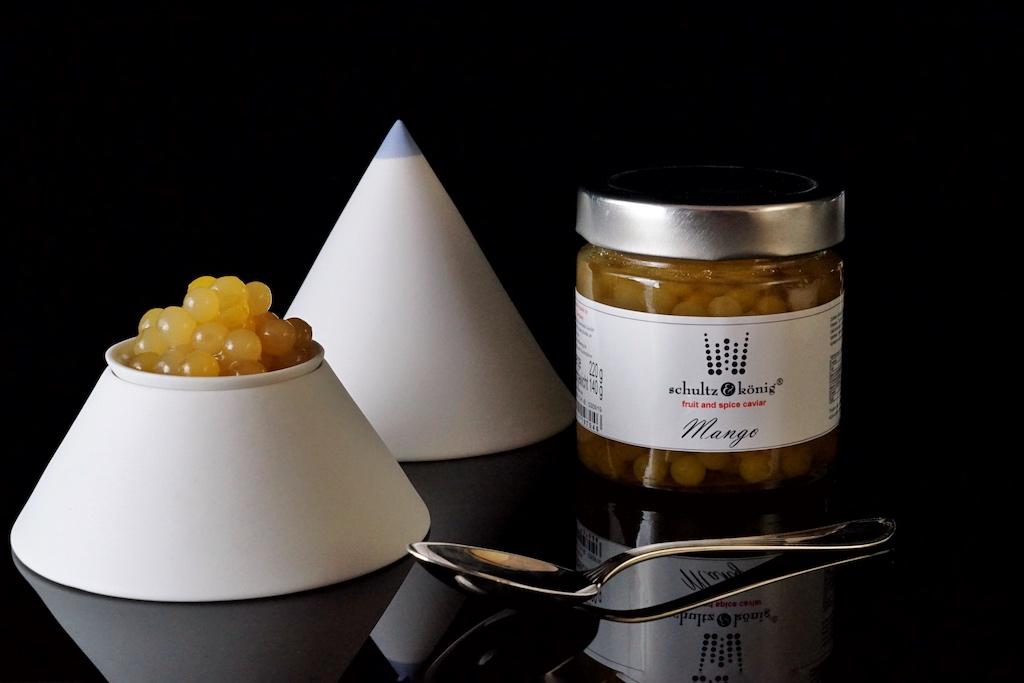 Mango Fruchtkaviar: Zutaten sind 48% Mango Püree, Wasser, Zucker, modifizierte Stärke, Calciumlactat, Natriumalginat, Verdickungsmittel: Xanthan Gum, Säureregulator: Apfelsäure, Konservierungsstoff: Kaliumsorbat