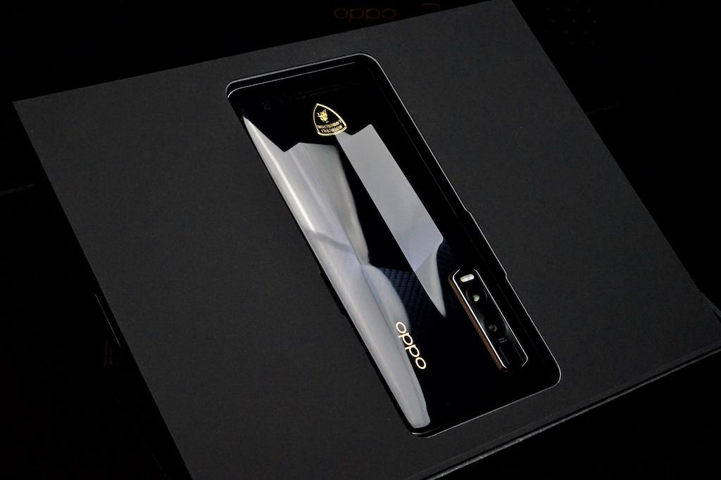 Die Smartphone-Oberfläche erinnert an einen windschnittigen Lamborghini