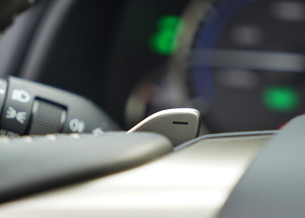 Der RX ist lässt sich auch per Hand schalten - dafür befinden sich am Lenkrad zwei Taster - rechts zum Hoch- und links zum Runterschalten
