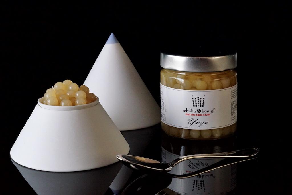 Yuzu Fruchtkaviar: Zutaten sind 48% Yuzu Püree, Wasser, Zucker, modifizierte Stärke, Calciumlactat, Natriumalginat