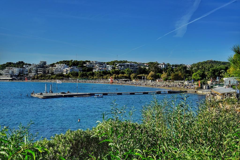 Vouliagmeni gehört zu den preisintensivsten Gegenden von Athen - Badevergnügen pur