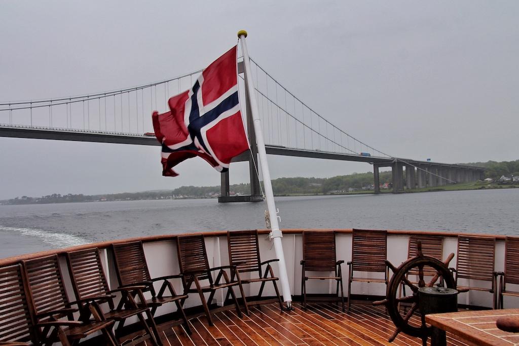 """Die """"Nordstjernen"""" fährt im Kleinen Belt unter der Nye Lillebaeltsbroen hindurch"""