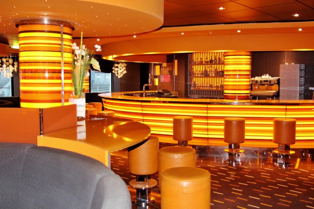 """Die Golden Jazz Bar der """"MSC Divina"""" macht mit ihren grellen Gelb- und Orangetönen ihrem Namen alle Ehre"""