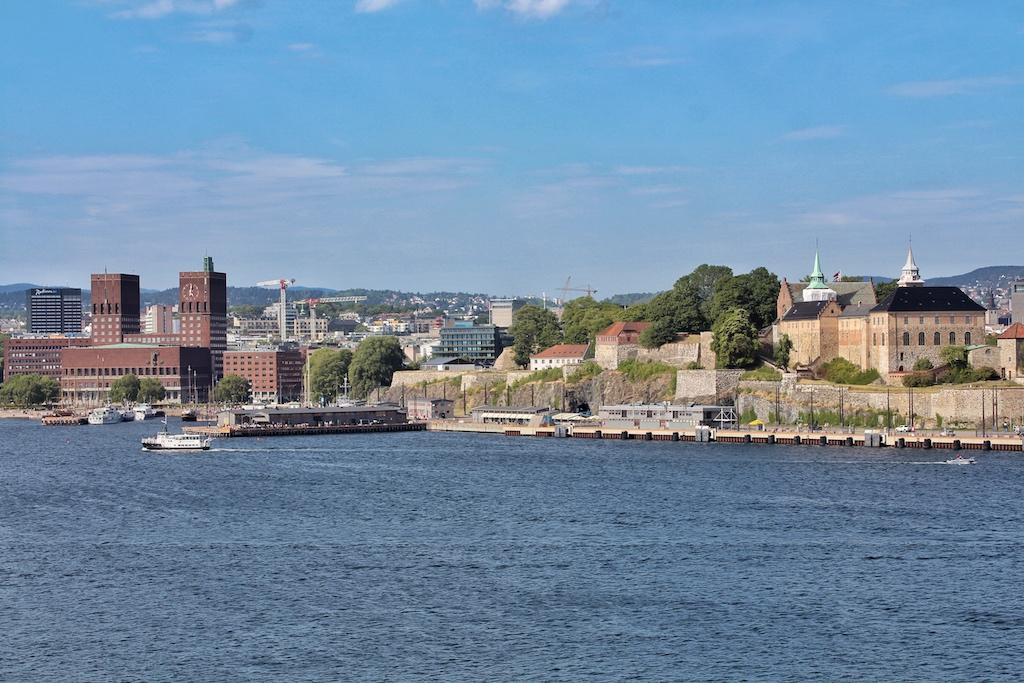 Auslaufen aus Oslo. Das markante Rathaus sowie die Festung Akershus sind die beiden Wahrzeichen der norwegischen Hauptstadt
