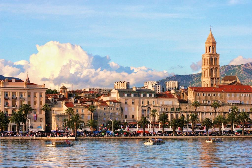 Pulsierendes Wochenendleben im Hafen von Split