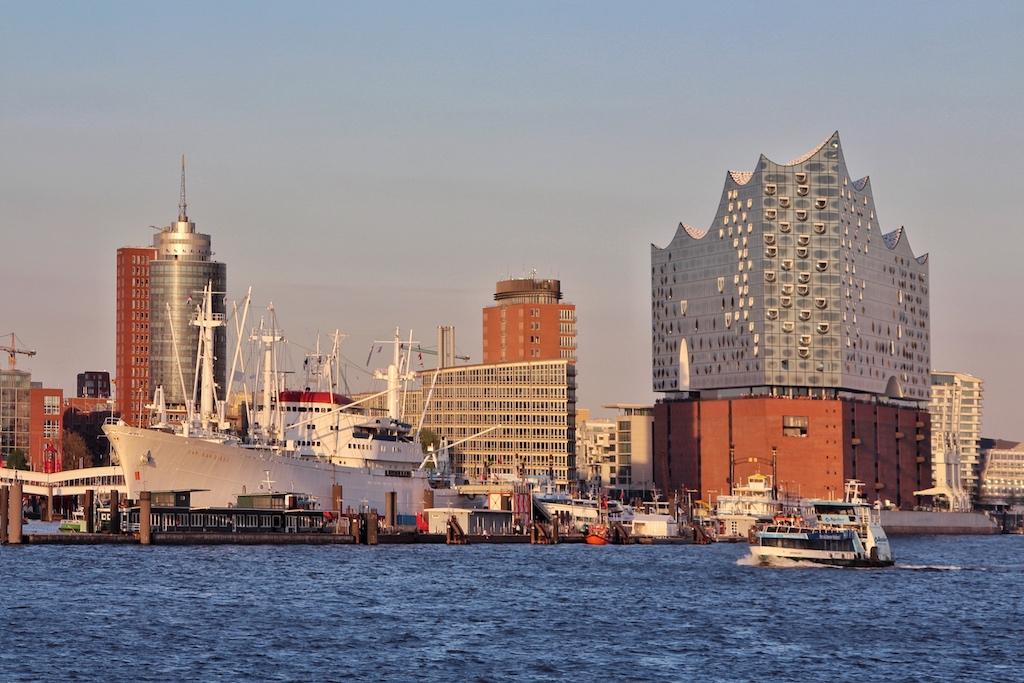 Mit der imposanten Elbphilharmonie hat die Silhouette Hamburgs ein neues Wahrzeichen bekommen