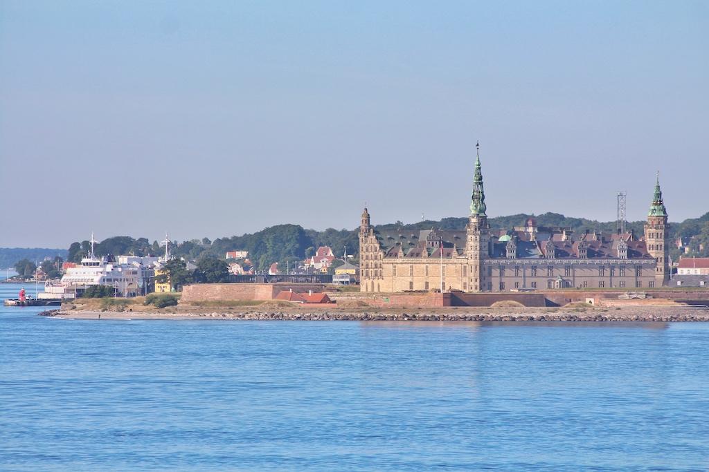 """Am Morgen der Ankunft passiert die """"Crown Seaways"""" zur Frühstückszeit am Eingang des Öresunds Schloss Kronborg in Helsingør"""