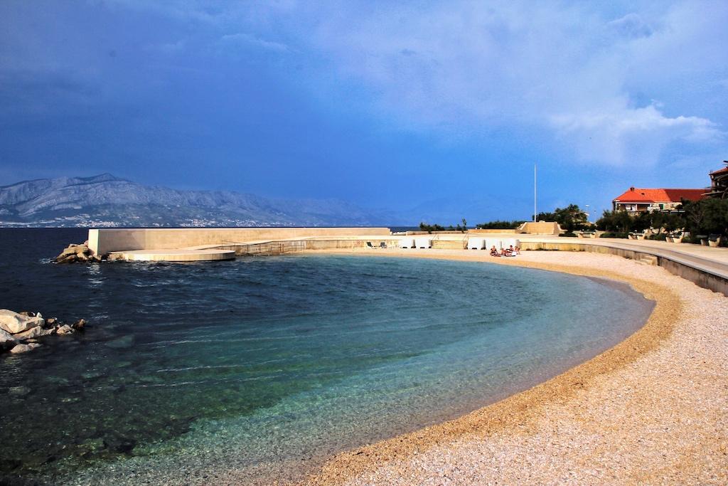Traumhafte Badebucht am Hafen von Postira auf Brac