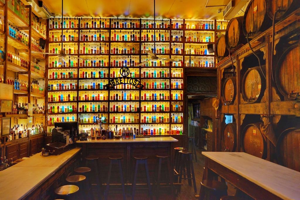 Mitten im Stadtteil Plaka befindet sich Athens älteste Destillerie - Brettos. Sie wurde 1909 gegründet