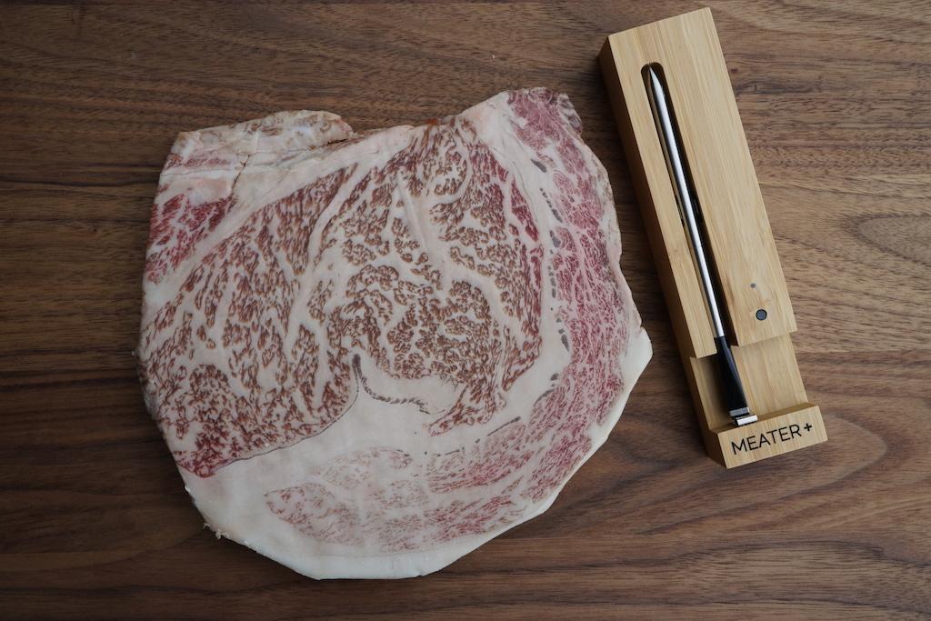 Für perfektes Fleisch - hier im Bild Wagyu A5 / BMS 12 - darf auch perfektes Grill-Equipment zum Einsatz kommen, wie hier der Meater+