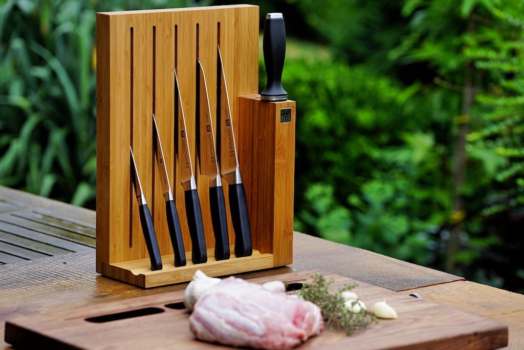 Messerblocks sind der ideale Aufbewahrungsort für das Schneidewerkzeug - sich, griffbereit und formschön. Hier im Bild ist der Messerblock von Zwilling zu sehen, ausgetsattet mit Messern, ebenfalls von Zwilling