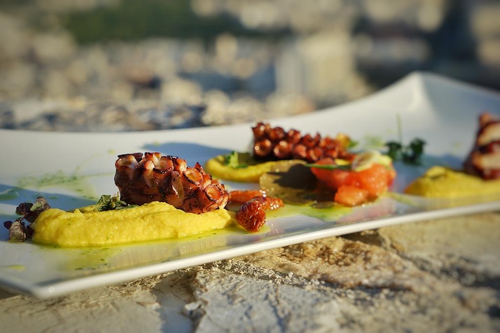 Im Restaurant Orizonos sind der gegrillter Oktopus und ...