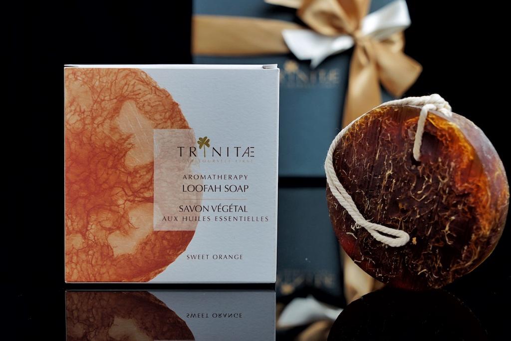 Selbst bei der Verpackung greift man auf Ingredienzien aus der Natur zurück und selbstverständlich obliegt ihr Design Familienmitgliedern