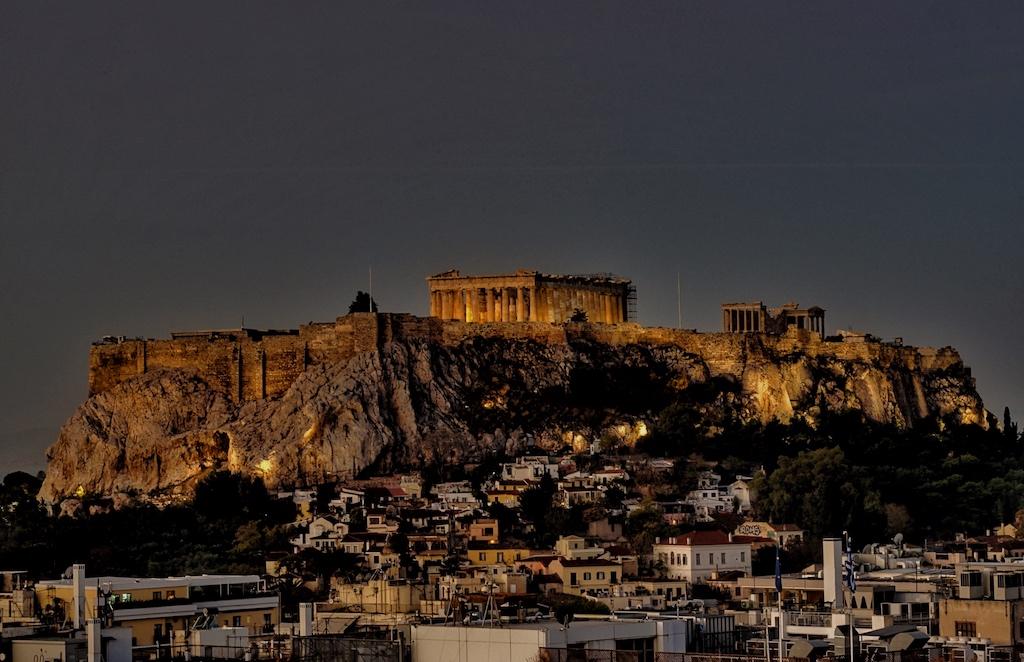 Mit Blick auf die nächtliche Akropolis speist man in dem Rooftop Restaurant des 5 Sterne Hotels Grande Bretagne