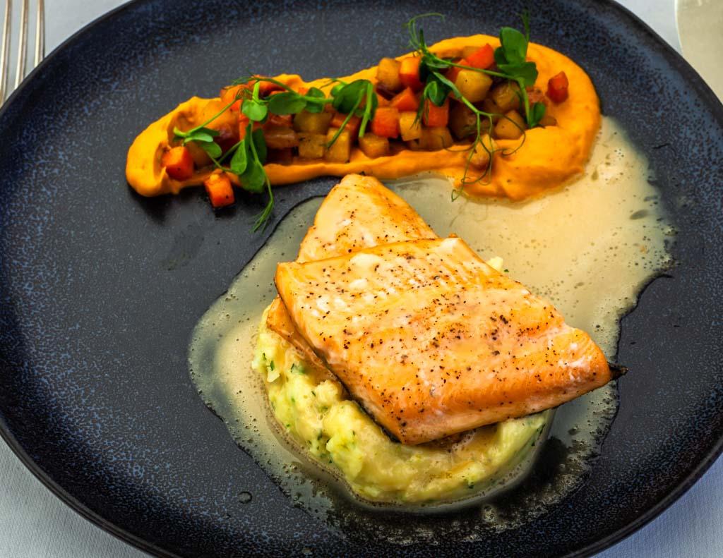 Der Hauptgang des Sommer-Lunchs ist Lachsforelle mit Meerrettich-Apfelsauce, Limonen-Kartoffelstampf und verschiedene Karotten / © FrontRowSociety.net, Foto: Georg Berg