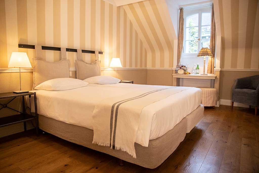 Ein Doppelzimmer im Hotel Florhof mit hochwertiger Einrichtung, Parkettboden und ausgesuchten Accessoires / © Hotel Florhof
