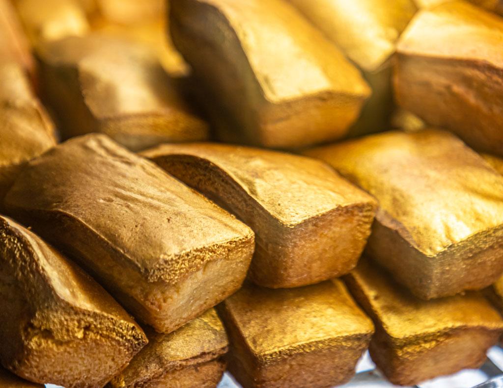 Goldiger Start einer Foodtour: Das Goldstück aus gemahlenen Mandeln und Puderzucker ist so etwas wie das Signature-Gebäck der Bäckerei KULT in Basel / © FrontRowSociety.net, Foto: Georg Berg