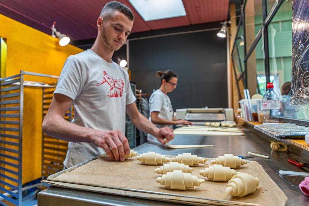 In der Bäckerei KULT kann man die Bäcker bei der Arbeit durch die Scheibe beobachten. Hier entstehen Croissants, die in Basel Gipfel heißen / © FrontRowSociety.net, Foto: Georg Berg