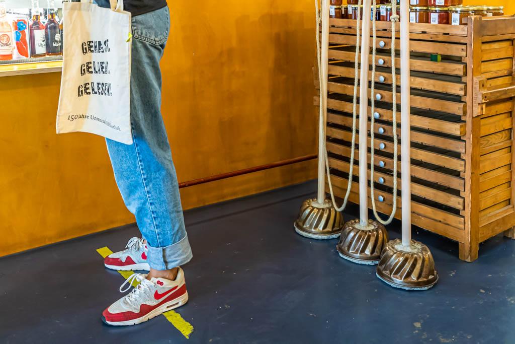 Corona-Kreativität: Im Lockdown wurden kurzerhand in Form eines Guglhupfs Abstandhalter aus Beton gegossen / © FrontRowSociety.net, Foto: Georg Berg