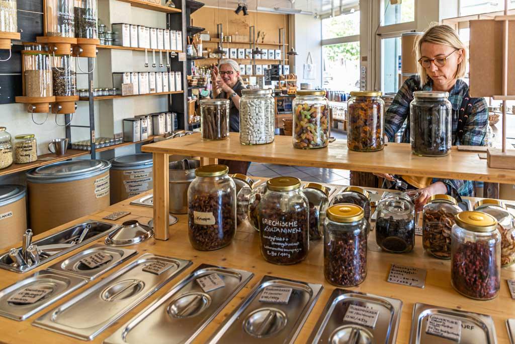 Abstecher in den Unverpackt-Laden. Foodtourer können sich hier zwei Gläser mit dem Inhalt ihrer Wahl abfüllen / © FrontRowSociety.net, Foto: Georg Berg