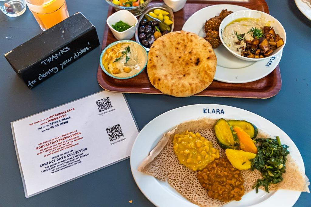Crossover-Küche: Landestypische Gerichte aus Eritrea und Israel samt Hygieneregeln in Corona-Zeiten / © FrontRowSociety.net, Foto: Georg Berg