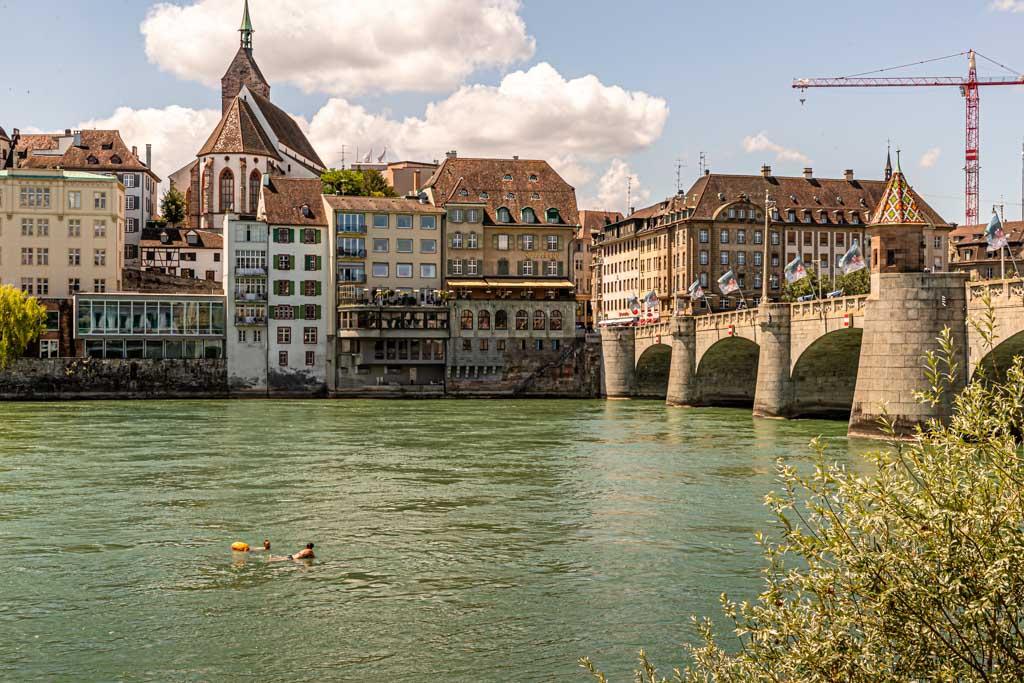 Am Rheinufer mit Blick auf die Altstadt lässt es sich gut aushalten / © FrontRowSociety.net, Foto: Georg Berg