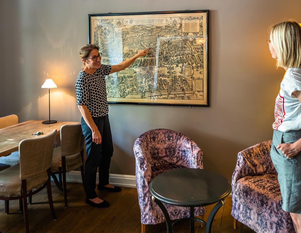 In der Lounge erzählt Hoteldirektorin Isabelle Zeyssolff viel über die Geschichte des Hauses und die neuen Erfahrungen aus den vergangenen Monaten im Zeichen der Corona-Pandemie / © FrontRowSociety.net, Foto: Georg Berg