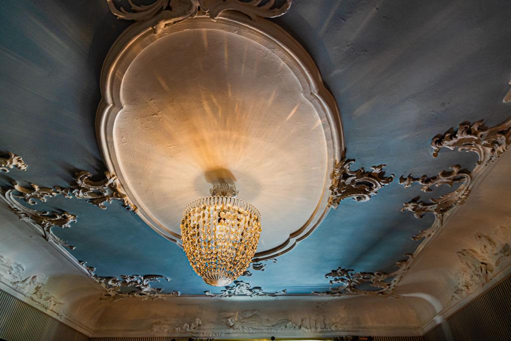 Das Blaue Zimmer ist das einzige, das noch die alte handgefertigte Stuckdecke hat. Wegen seines romantischen Firmaments wird es gerne von Hochzeitspaaren gebucht / © FrontRowSociety.net, Foto: Georg Berg