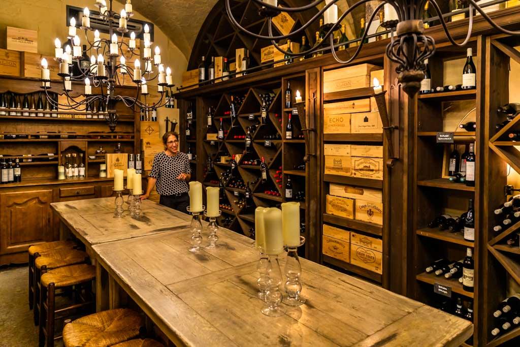 Im Kellergewölbe wo einst Florettseide gelagert und verpackt wurde, befinden sich nun Event-Räume für Weinverkostungen. Das Restaurant Florhof führt ausschließlich europäischen Weine / © FrontRowSociety.net, Foto: Georg Berg