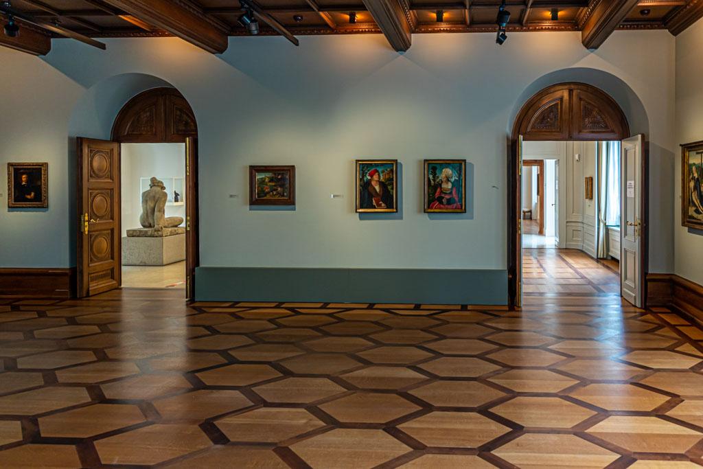 Die Portraits Anna und Johannes Cuspinian von Lukas Cranach d.Ä. in der Villa am Römerholz, erbaut 1915 im Stil einer Direktoren-Villa. Ausdrucksstark sind ebenfalls die Parkettarbeiten / © FrontRowSociety.net, Foto: Georg Berg