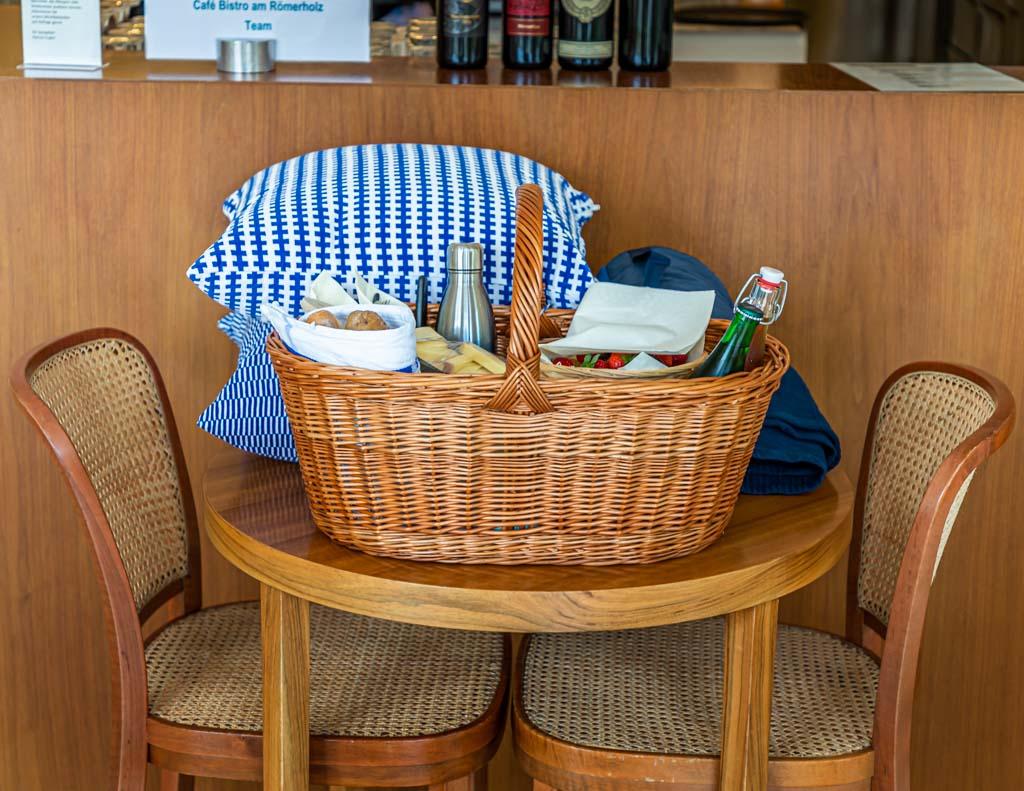 Hier wartet ein echter Claude Monet! Ein Picknick Korb mit Baguette, Käse, einer kalten Gurkensuppe, Obst, Gebäck und Kaffee trägt den Namen des französischen Malers. Ganz im Sinne der französischen Kunst des Dejeuner de l'herbe geht es auch in der Villa am Römerholz raus ins Grüne / © FrontRowSociety.net, Foto: Georg Berg